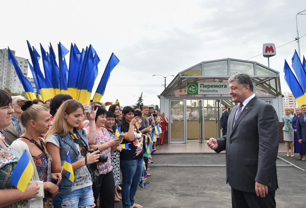 Ukrainian President Petro Poroshenko addressing a crowd outside a metro station