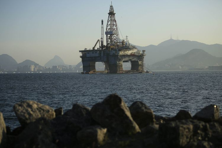 An oil drilling platform floats in Guanabara Bay near Niteroi, Brazil. Photographer: Dado Galdieri/Bloomberg