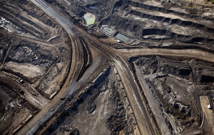 The Suncor Energy Inc. mine stands at the Athabasca oil sands in this aerial photograph taken near Fort McMurray, Alberta, Canada, on Thursday, June 4, 2015. Canadian stocks rose a second day as commodities producers rallied after the price of oil climbed to the highest level this year while gold and copper led metals higher. Photographer: Ben Nelms/Bloomberg