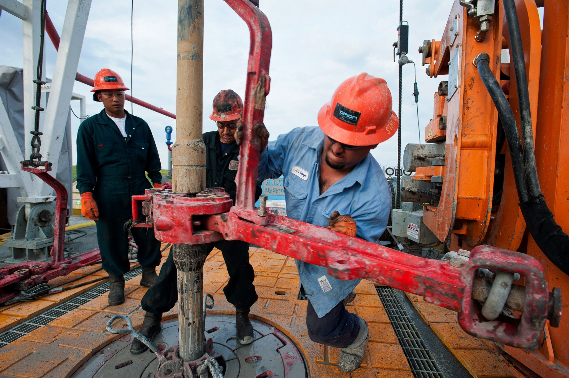 Workers make a pipe connection on the drill string on the Orion Perseus drilling rig near Encinal in Webb County, Texas, U.S. Photographer: Eddie Seal/Bloomberg