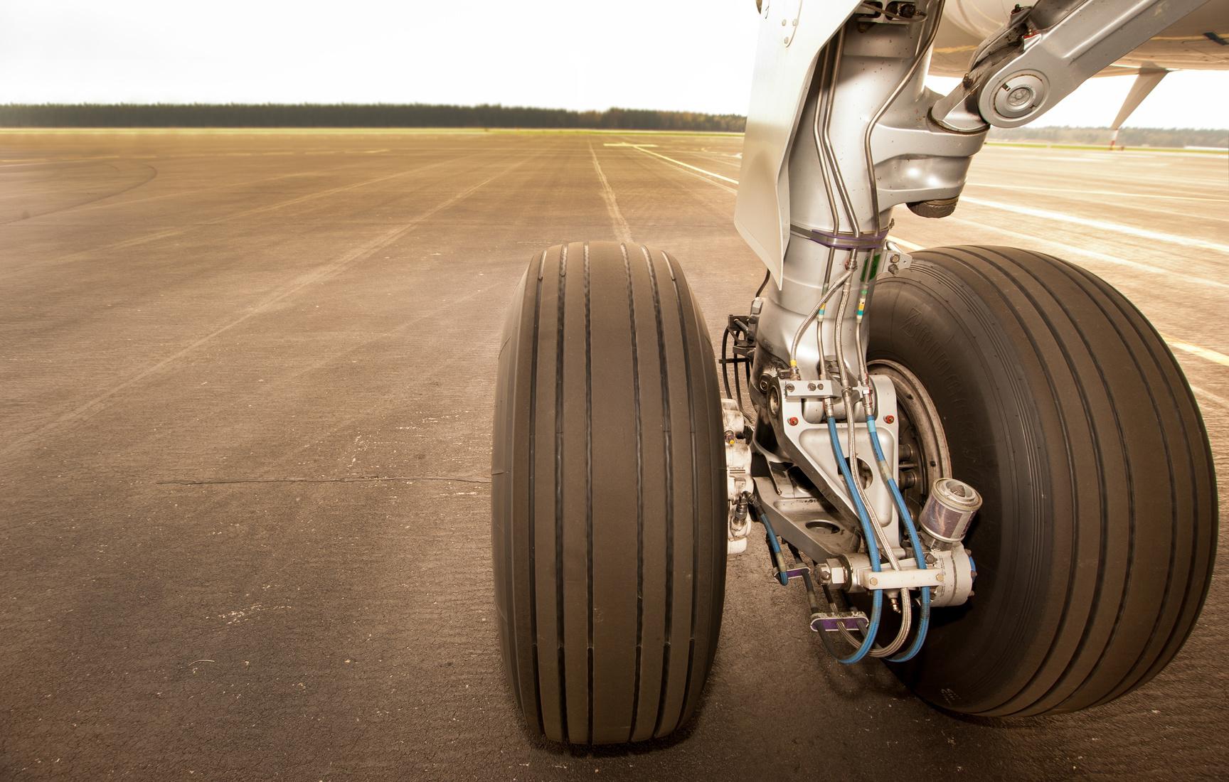 Landing gear, wheels on the runway
