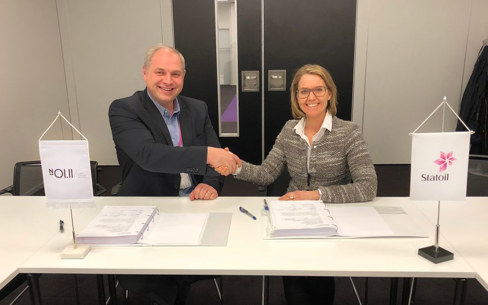 Steinar Riise, CEO Ocean Installer, and Hanne Gro Feginn, Statoil, after signing the deal.