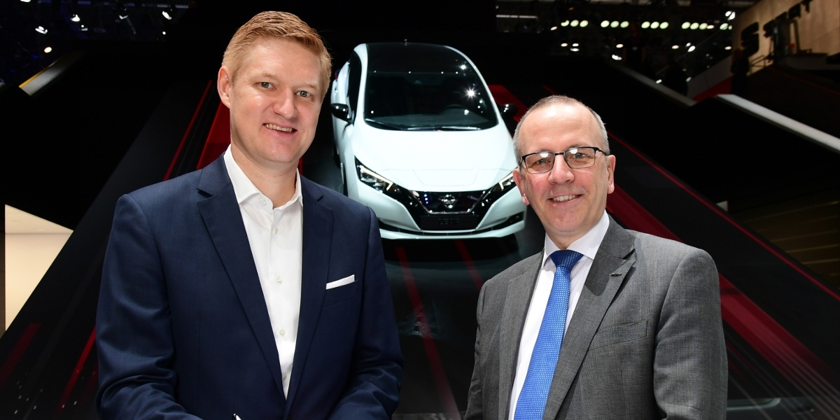 Frank Meyer, Head of Innovation & B2C-Solutions at E.ON (left), and Paul Willcox, Chairman of Nissan Europe, signed the partnership agreement at the Geneva Motor Show.
