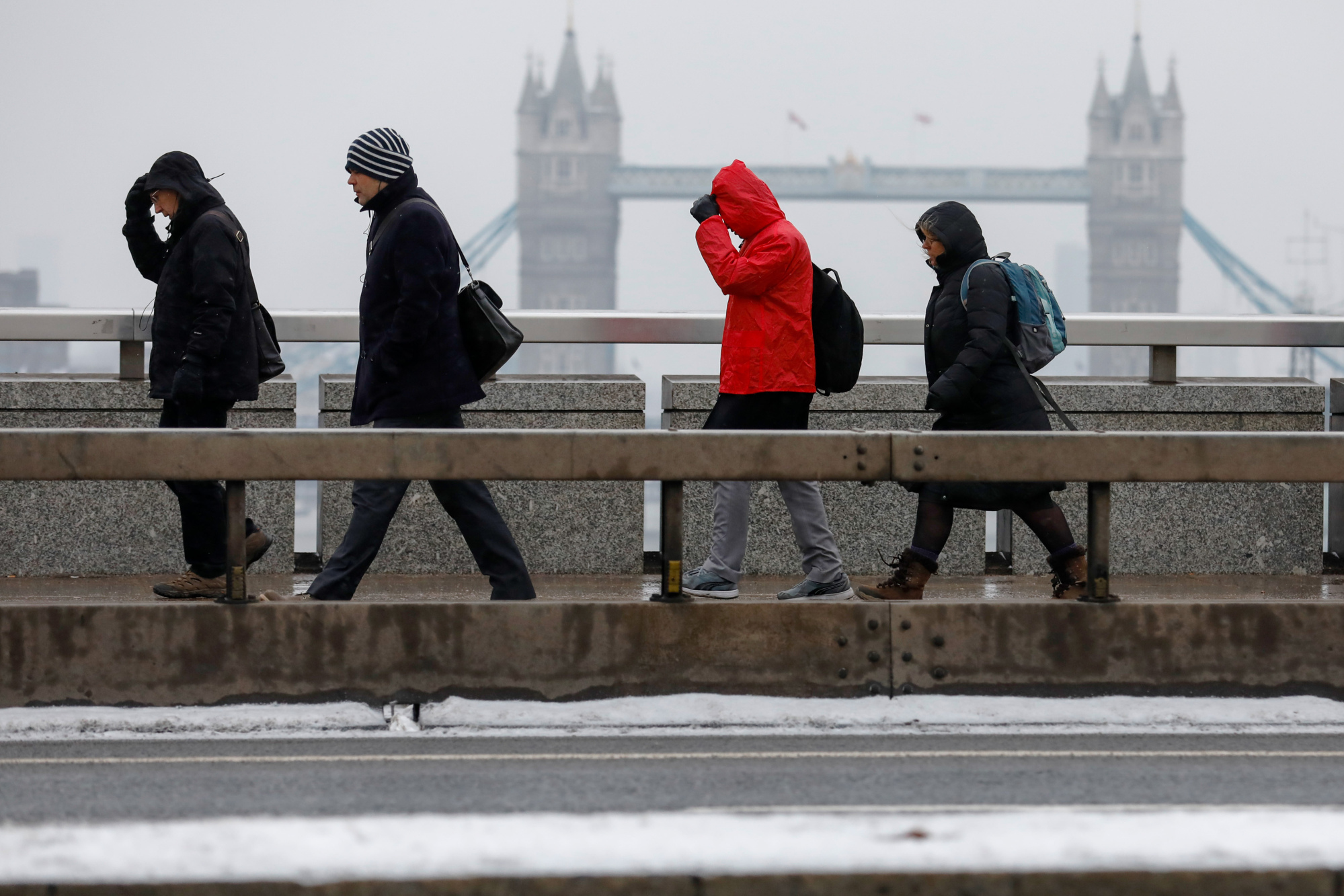 Commuters make their way across London Bridge in the snow in London, U.K., on Thursday, March 1, 2018.  Photographer: Luke MacGregor/Bloomberg