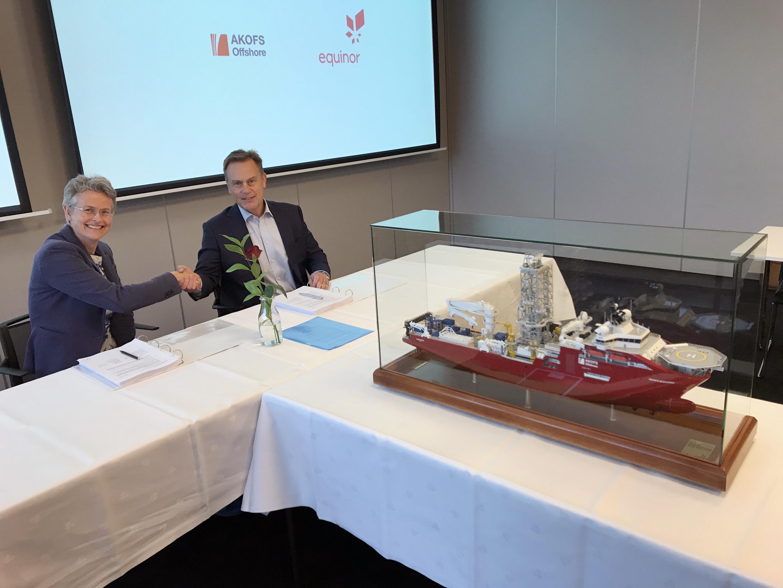 Geir Sjøberg (right), CEO Akofs Offshore, and Rannfrid Skjervold, vice president procurement subsurface Equinor. (Photo: Kjetil Eide / Equinor ASA)