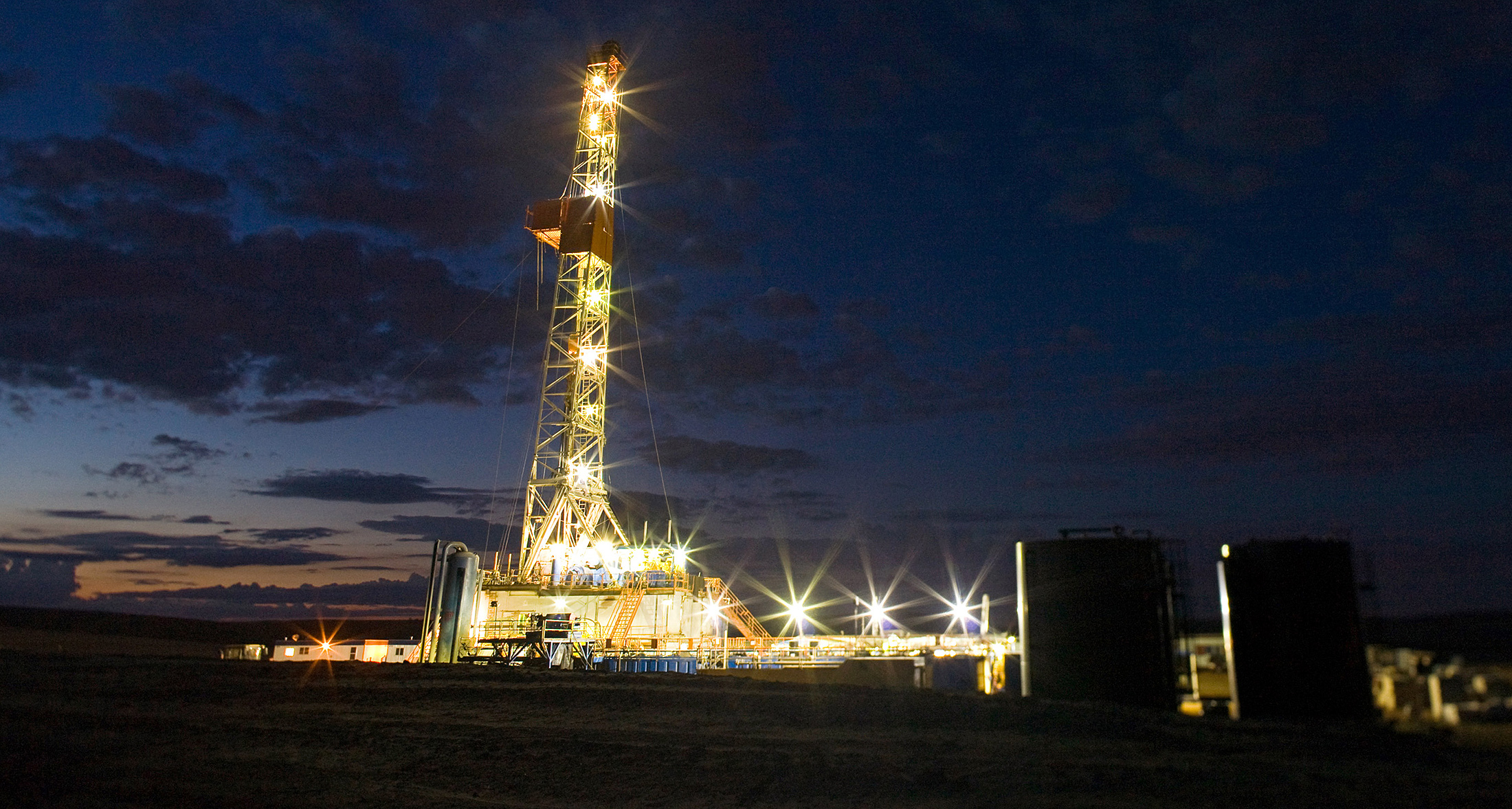 An oil drilling rig stands on the Bakken formation in Watford City, North Dakota. Photographer: Matthew Staver/Bloomberg