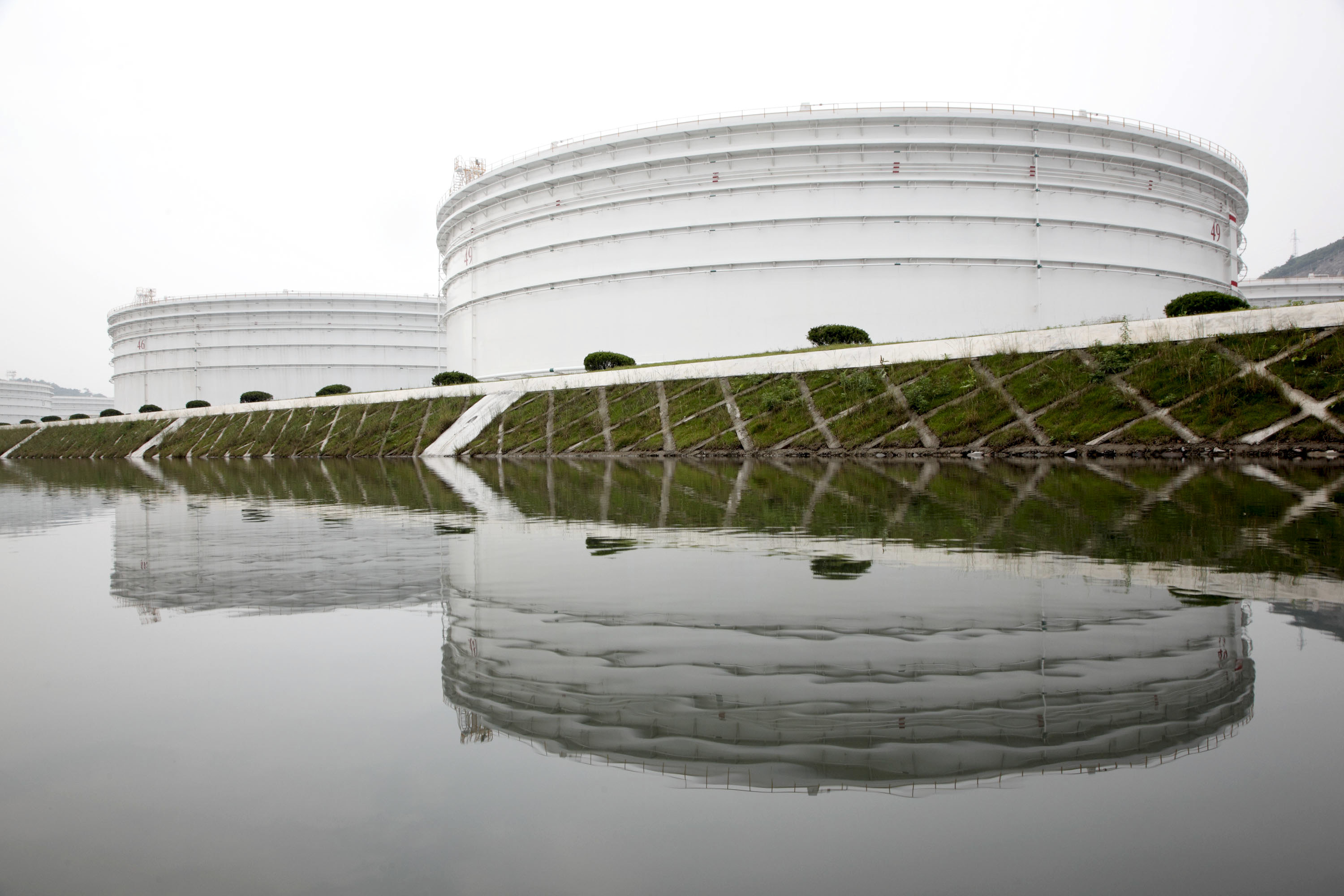 Storage tanks stand in China's strategic oil reserve complex in Zhoushan, Jiangsu province, China, on Wednesday, June 3, 2009.  Photographer: QILAI SHEN/ Bloomberg