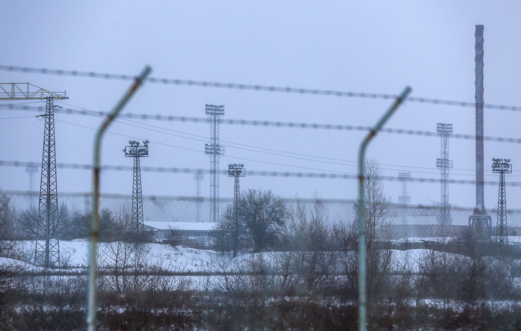 A barbed wire perimeter fence surrounds the proposed plant site. Photographer: Oliver Bunic/Bloomberg